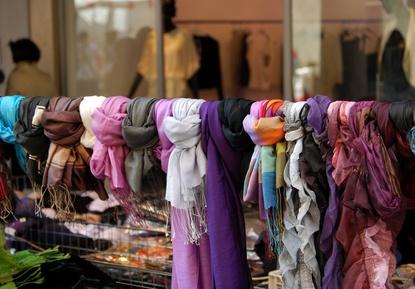 Auch Mode findet man auf dem Trödelmarkt